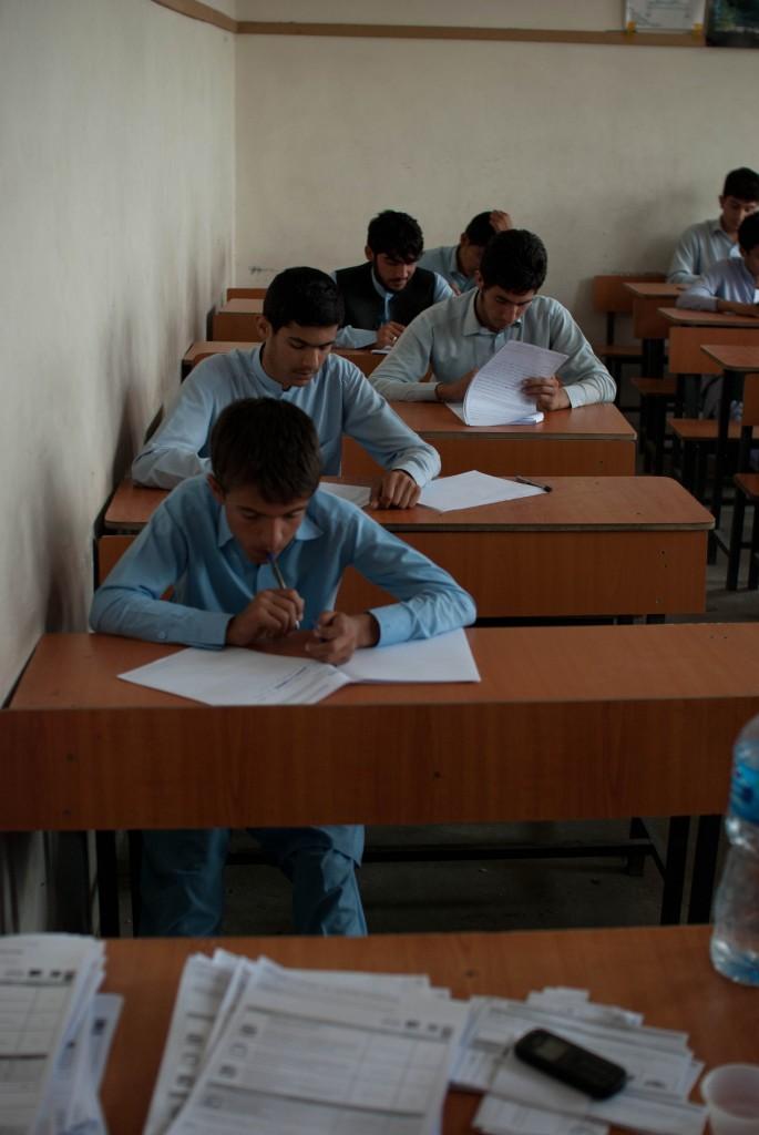 Etudiants du lycée Estéqlal (Djalalabad) passant l'examen du DELF