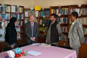 Mr l'Ambassadeur visite une bibliothèque dans une école à Tcharikar