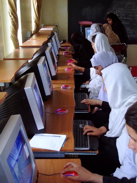 Salle d'informatique à Djalalabad.